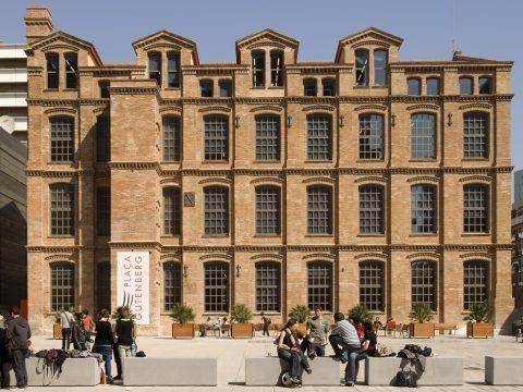 BCN - UPF -Edifici La Fàbrica courtyard with students